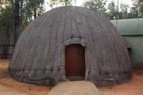Die Bienenkorbhäuser verfügen über eine Dusche/WC sowie Elektrizität.