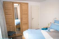 Vollholzmöbel in beiden Schlafzimmern