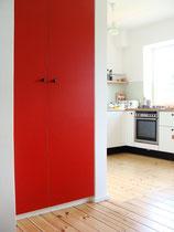 Reihenhaus Hufeisensiedlung - offene Küche mit rotem Einbauschrank