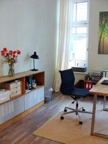 Homöopathische Praxis - Graugrüne Wand und rote Blumen
