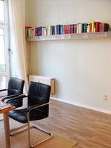 Homöopathische Praxis - Graugrüne Wand mit schmalem Wandregal