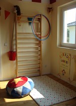 Klettergerät in Kinderzimmer mit Zirkusdecke