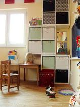 Malecke mit Regalen in Kinderzimmer