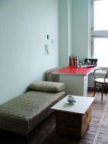 Büro mit jadegrüner Wand