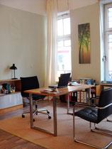 Homöopathische Praxis - Schreibtisch mit graugrüner Wand