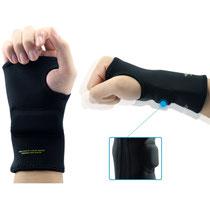 Handgelenksschmerzen sind bei Zockern keine Seltenheit, ein Handschuh schützt.