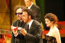 Alejandro Gonzalez INARRITU entouré de  Tim Burton  et Marion Cotillard - 2006 / Photo :  Anik Couble