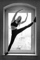 Tänzerin tanzt Modern Dance im Fenster