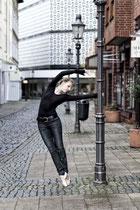 Balletttänzerin tanzt eine Figur an einer Latene