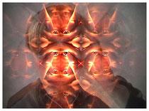 Videostill aus 1/2-stündiger Videoperformance, Selbstporträt durch kaleidokopischen Glaskasten gefilmt, Tages- und Taschenlampenlicht, 1998
