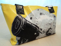 MB306 Luna de Méliès. 20,00€ Largo 48cm. Alto 26cm. Ancho 12cm. Bolso playero con cierre de cremallera. Forro interior.