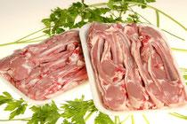 """Bandeja composta per costelles i mitjanes de cabrit, també hi ha algun bistec de cuixa de cabrit. Preparat per a fer-ho arrebossat o """"al forn al estil Montse"""". També es pot fer a la planxa."""