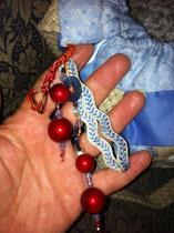 Détail du gri-gri, avec des perles rouges (encore uncadeau de Anne)) pour faire un rappel du phare