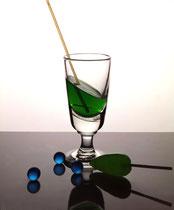 un verre de menthe, une sucette et des billes....
