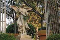 Der Engel unterm Rosenbogen begrüsst den Gast am Eingang