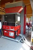 EM 440 mit automatischer Großballenzuführung und Verwägung der im Feld eingeblasenen Dämmstoffmenge.