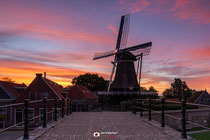 Landschapsfotografie: Dageraad bij molen De Kraai in Sloten (Friesland, Nederland).