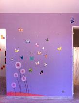 Décor peint papillons colorés pour chambre fillette