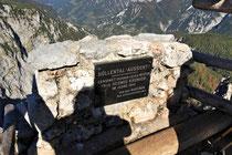 Rax - 06.Oktober 2012 - Bei der Höllentalaussicht mit Blick über das Große Höllental ist eine Gedenktafel für Hedwig Kronich angebracht, ehemalige Pächterin des Erzherzog Otto Schutzhaus