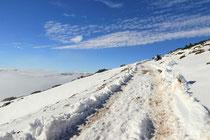 Schneeberg - 25.Oktober 2014_026 - Die Rax in Hintergrund leicht über den Wolken