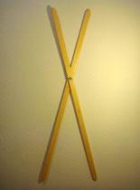 Compás 1 (A). Madera barnizada y palomilla metálica, 120 cm.