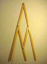 Compás 2 (A). Madera barnizada, palomilla y tuercas metálicas. 60 cm.