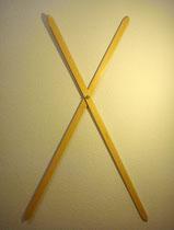 Compás 1 (B). Madera barnizada y palomilla metálica, 120 cm.