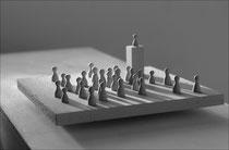 Ohne Worte II - 2009, bewegliches Objekt: Spielfiguren, Holz, Bettfeder, 25 x 25 x 12 cm