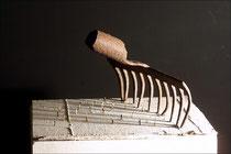 Ohne Worte -  2007, Fundstück, Modellbaufiguren, Holz, 25 x 25 x 11 cm