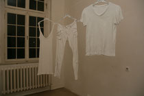 abgehängt -  2012, alte Kleidung, Acryl