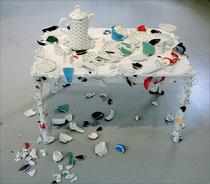 Ereignis -  2012, Kindertisch, Porzellanscherben, Kanne