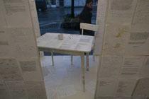 gedanken-welt-gedanken -  2008, Materialcollage aus und mit Papieren und Notizen, die bei einer Übersetzung des Buches Udalostí des tschechischen Schriftstellers Jan Hanc entstanden sind (im Schaufenster)