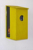 Nistkasten I – 2006, Installationsobjekt aus einer Serie von 10, im Innenraum: das Innenleben einer Lautsprecherbox, Kabel, Stempeldruck auf Papier mit Text von Eugène Guillevic,  CD-Spieler, Musik: Opernarien von Maria Callas, 20 x 45 x 24 cm
