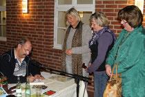 Auch das Publikum in Ludwigslust möchte Autogramme...