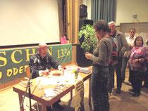 Beim Signieren in Letschin an der polnischen Grenze