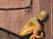 """Nicole Brousse -""""cache-cache accroupie""""sculptures de taille humaine, dans le village de Biot-renseignement: Galerie Gabel"""