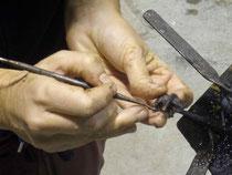 """George en plein travail minitieux sur la cire qui constitue la base de ses """"Doddle"""".   Galerie d'art Biot"""