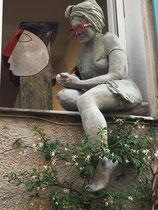 """Nicole Brousse -""""Ecrire sa vie"""", sculpture de taille humaine, sur le bord de fenêtre dans le village de Biot-renseignement: Galerie Gabel"""