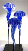 Nicolas Laty-composition de 3 méduses fluorescentes en verre soufflé à Biot- Galerie d'art à Biot-Galerie Gabel-Côte d'Azur-