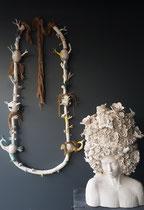 Mélanie Broglio- collier de maison et coffre à bijoux en faïence en attente d'émaillage blanc et or 75x55x45 cm-Galerie Gabel-Biot