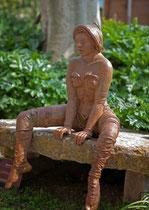"""Nicole Brousse -""""Attentive""""Femme assise-sculptures de femmes resine ou bronze, couleur au choix-renseignements galerie Gabel-Biot-Antibes"""
