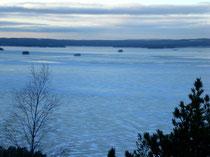 Blick vom nahen Aussichtsturm auf den zugefrorenen Päijänne See.