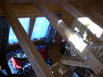 Blick von der Galerie in das Wohnzimmer im Winter