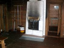 Umkleide und Ruheraum in der Gemeinschaftssauna. Die Sauna kann nach den auch in Englisch ausgehängten Hinweisen mit Badesachen von den Anliegern und ihren Gästen gemischt genutzt werden.