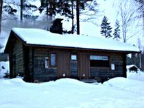 Für die Saunapuristen unter uns. Hinein bei Schnee und Wind in die Gemeinschaftssauna der Anlieger (ca. 300 m vom Haus). Und dann das selbst gehackte Eisloch finden!