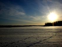 Ein neuer Tag. Strahlende Sonne. Stahlblauer Himmel. Kalte Temperaturen. Jetzt die im Mökki vorhandenen Langlaufski nehmen und raus auf den gefrorenen Päijänne See direkt vor dem Haus!