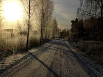 Anfahrt zum Ferienhaus an einem klaren Wintertag.