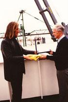 Übergabe der gelben Fahne an den Künstler Eduardo Sanguinetti im Hafen von Buenos Aires.
