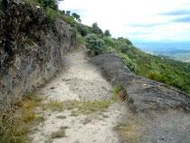 canal taillé dans la roche, faible pente, niveau de l'eau ca 10 cm.