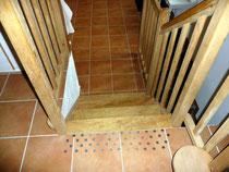 Signalisation de l'escalier entre la cuisine et la salle à manger - Les noisetiers chambres d'hôtes au coeur du val de noye